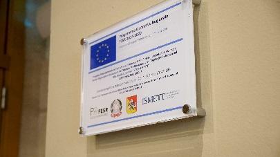 Un nuovo laboratorio dell'Ismett per la medicina di precisione: attrezzature all'avanguardia acquistate con i fondi europei - targa po fesr 405 px